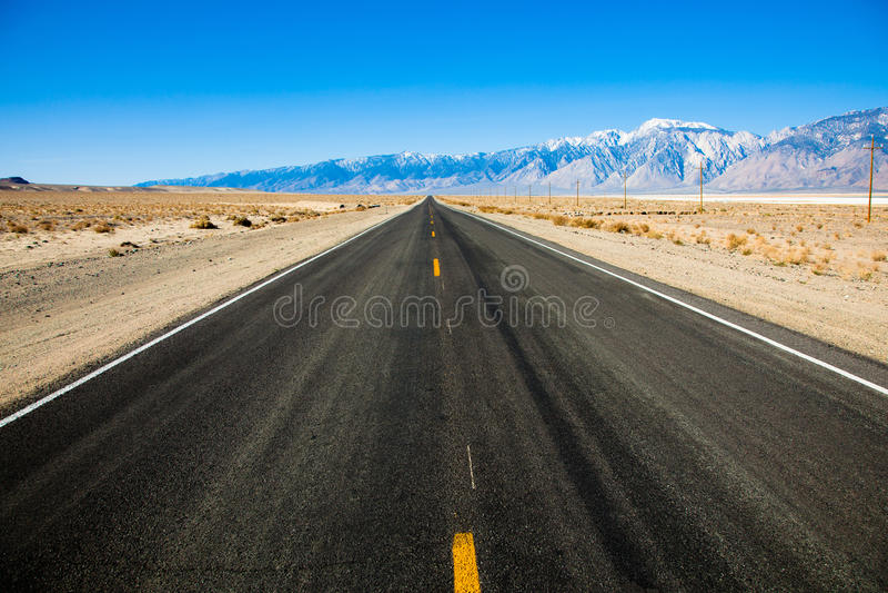 Route vide avec des montagnes image libre de droits