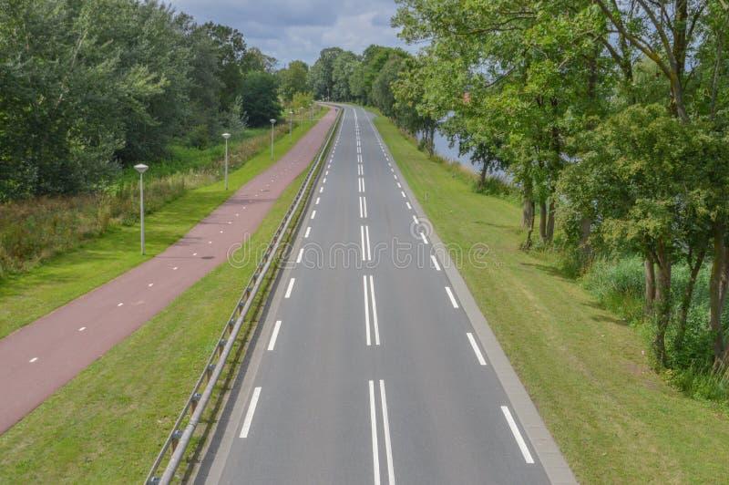 Route vide avec le chemin de bicyclette photographie stock libre de droits