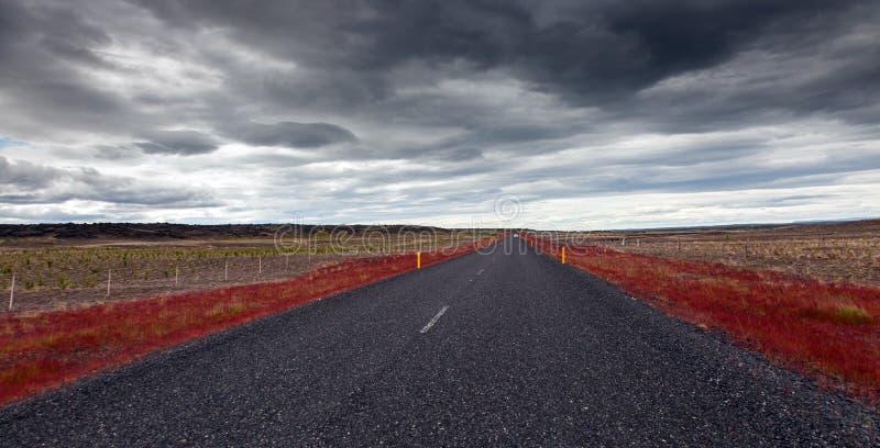 Route vide d'alphalt sur l'Islande photographie stock libre de droits