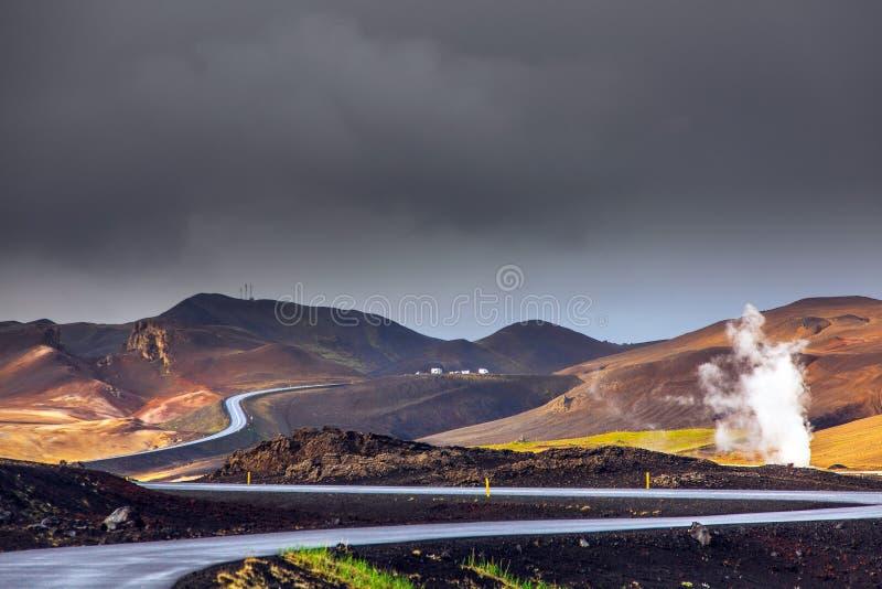 Route vide d'alphalt sur l'Islande photo libre de droits