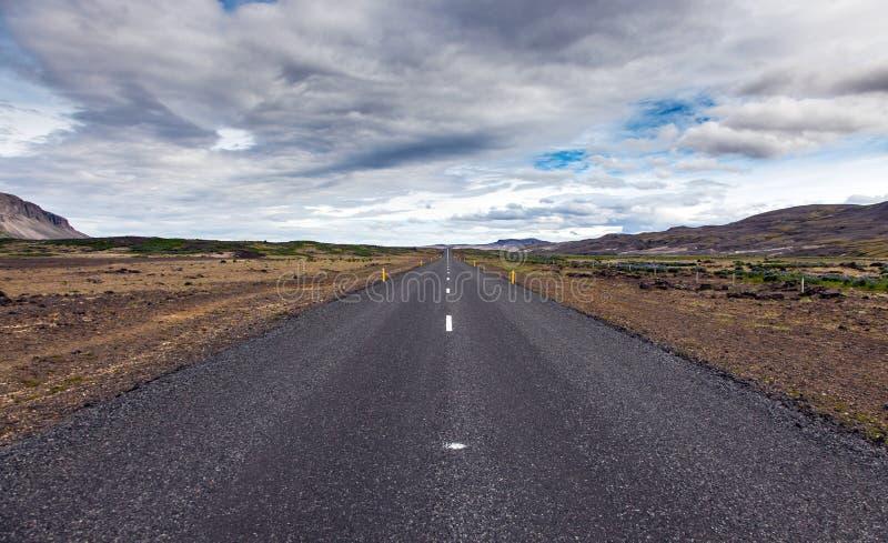 Route vide d'alphalt sur l'Islande images stock