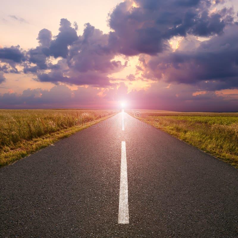Route vide dans la plaine à l'aube image stock