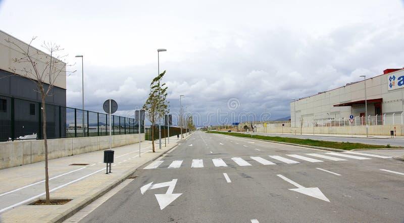 Route vide dans la zone industrielle photo libre de droits