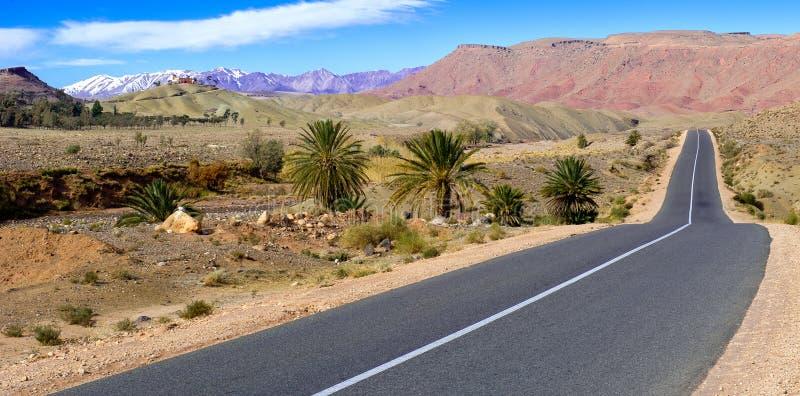 Route vide dans les montagnes d'atlas, Maroc images libres de droits