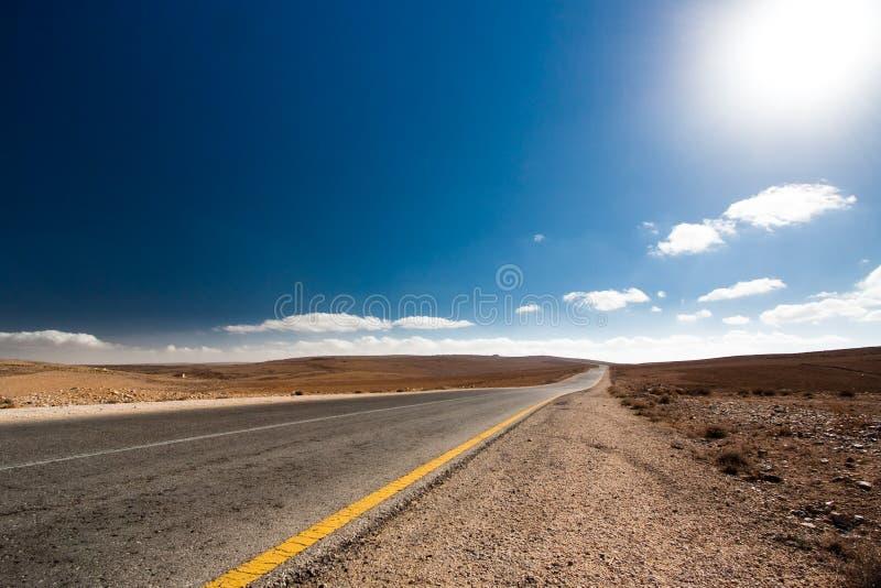 Route vide de désert avec le ciel bleu. image stock