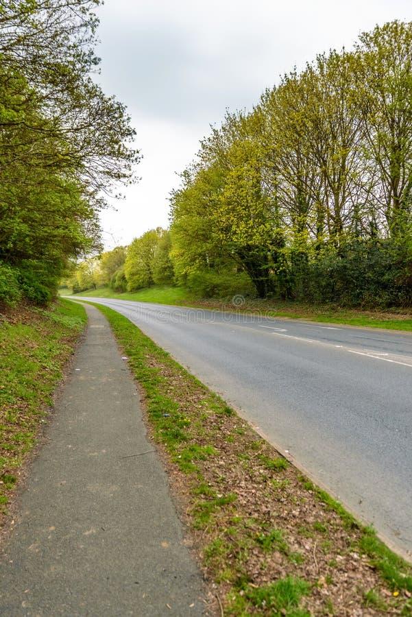 Route vide et scène piétonnière de sentier piéton dans la ville de l'Angleterre photographie stock libre de droits