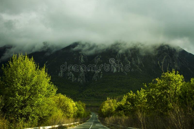 Route vide ? la montagne images libres de droits