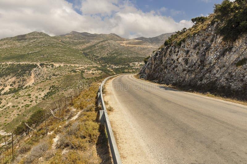 Route vide par la vallée avec le paysage de montagnes photos libres de droits
