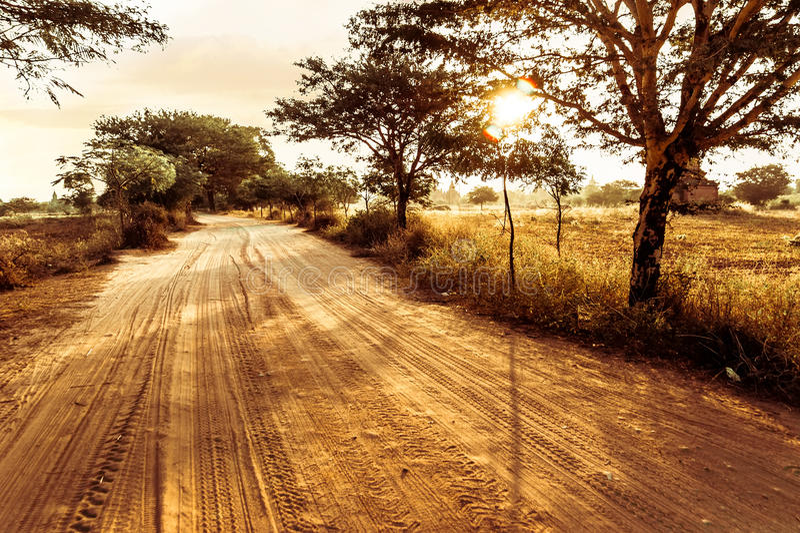 Route vide passant par le paysage rural sous le ciel de coucher du soleil photo libre de droits