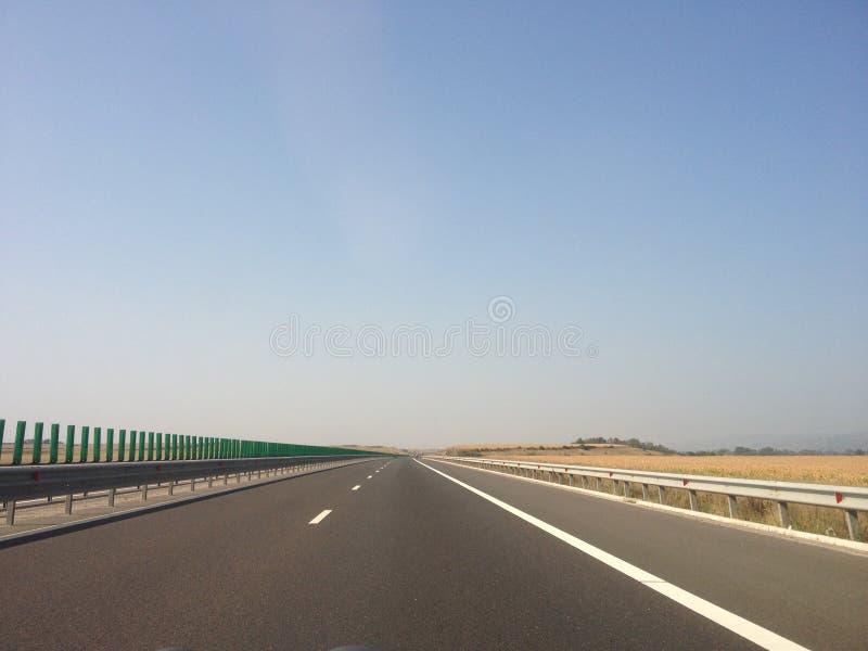 Route vide pendant la journée images stock