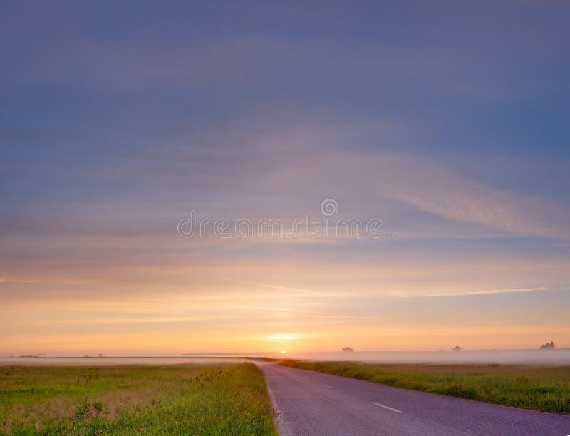 Route vide sur le lever de soleil image libre de droits