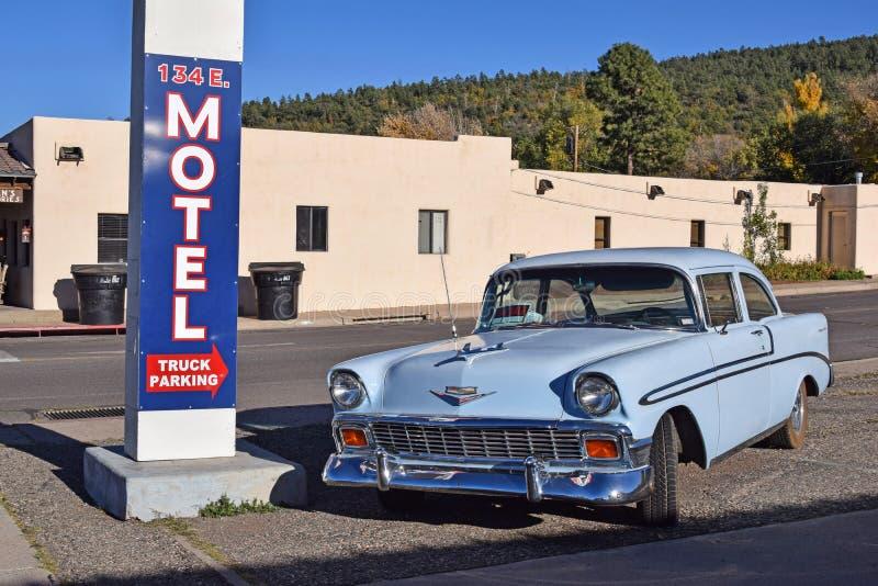 Route 66, Williams, oud-tijdopnemerauto, motelteken royalty-vrije stock fotografie