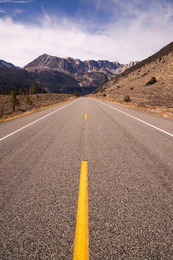Route Yosemite NP la Californie de passage de Tioga d'entrée de la route 120 photographie stock libre de droits
