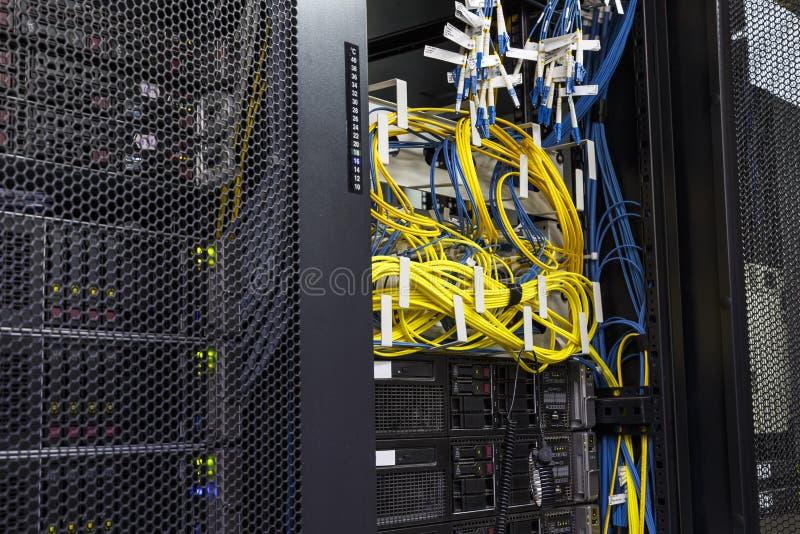 Routeres da sala do servidor de rede do cabo da rede da tecnologia com painel do fusebox fotografia de stock