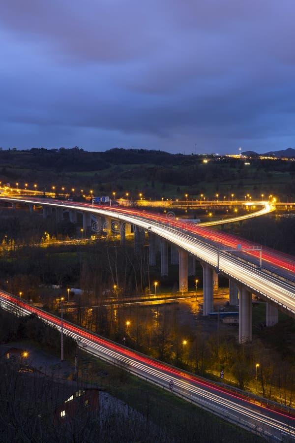 Routes avec des voitures et des lumières image stock