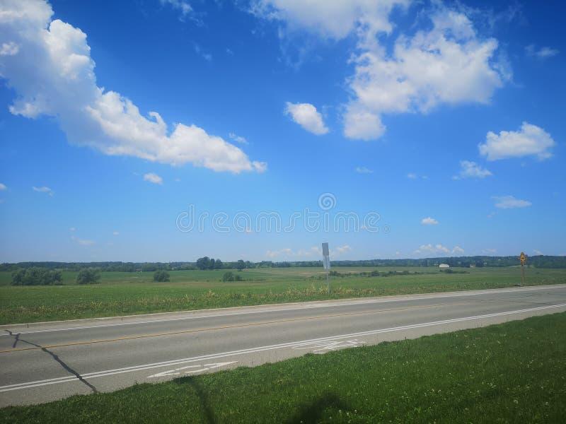 Routes de gisements de nuages de Bluesky photos stock