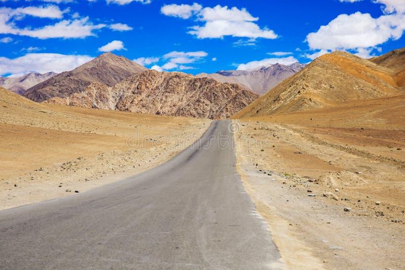 Routes de montagne avec le paysage et le paysage de ciel bleu dans Leh, Ladakh, Inde photo stock