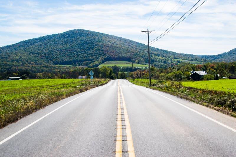 Routes luxuriantes de terres cultivables entrant autour du lac Raystown, dans Pennsylvani image libre de droits