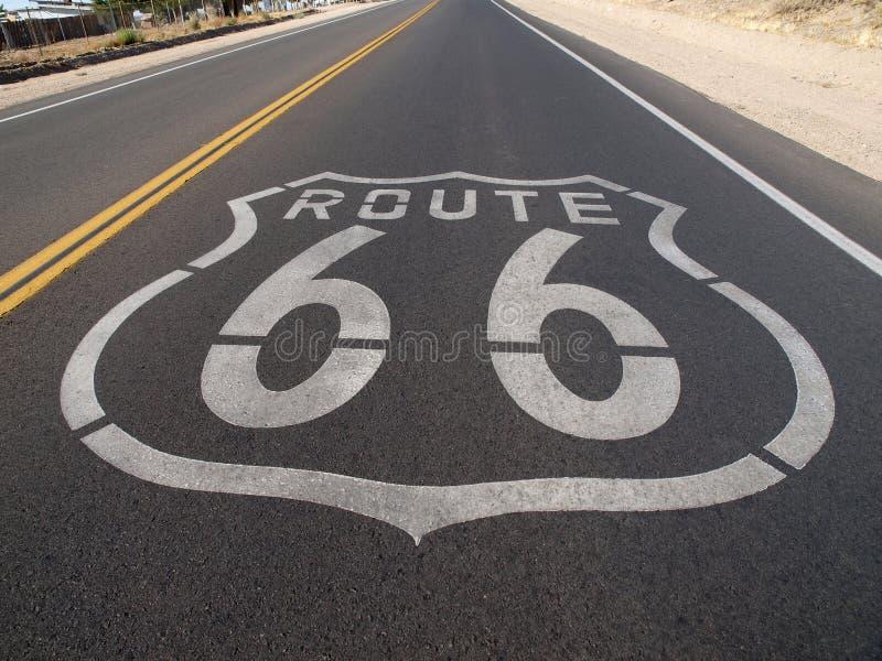 routetecken för 66 trottoar royaltyfria bilder