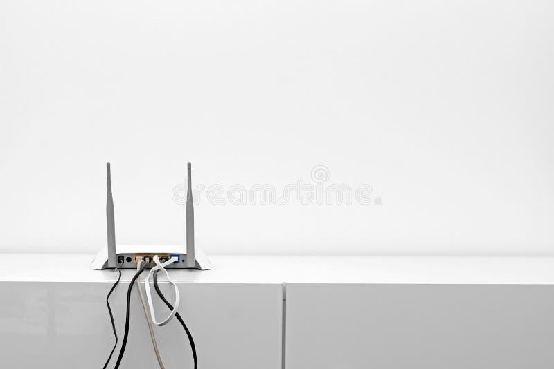 Routeur d'Internet de Wifi sur l'étagère dans l'intérieur blanc images libres de droits