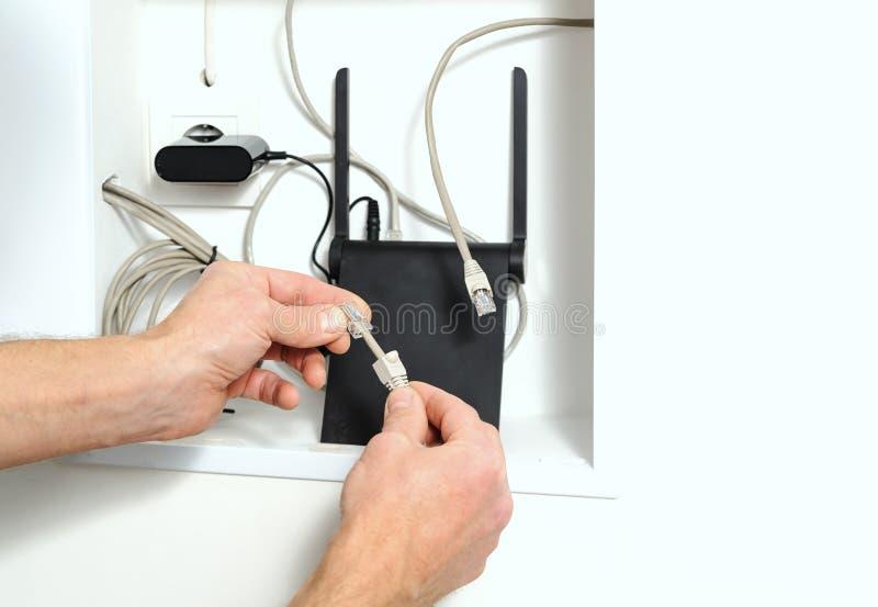 Routeur se reliant de Wi-Fi à l'Internet image stock