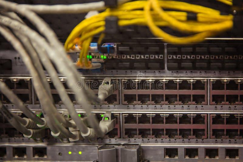 Routeurs et fils d'Internet dans le fournisseur de service Internet photo libre de droits