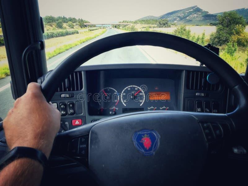 Routier conduisant son camion sur la route photographie stock