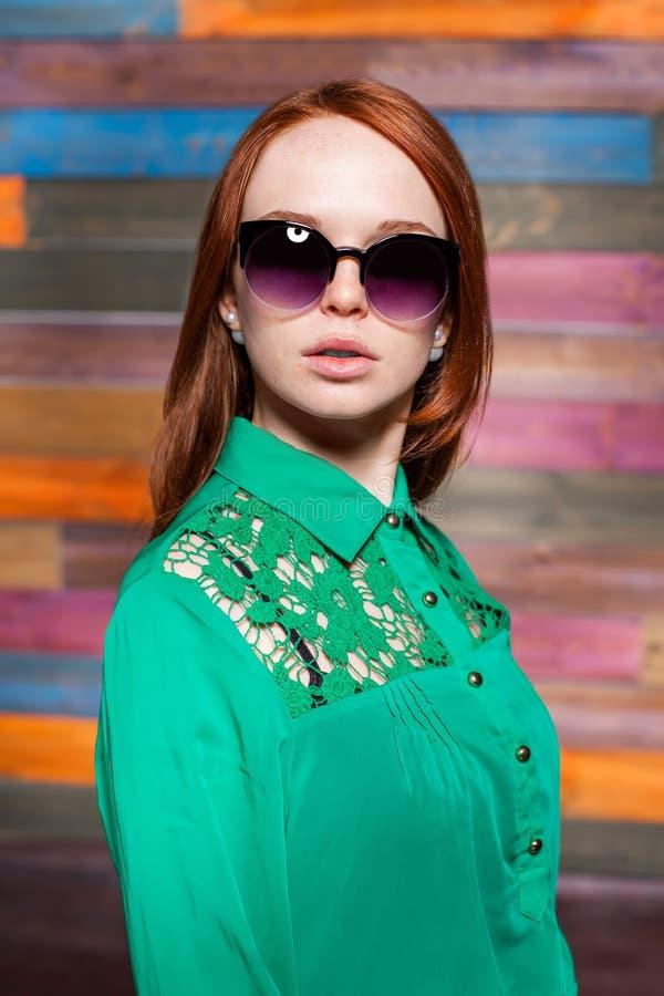Roux attrayant teeen dans des lunettes de soleil photo libre de droits