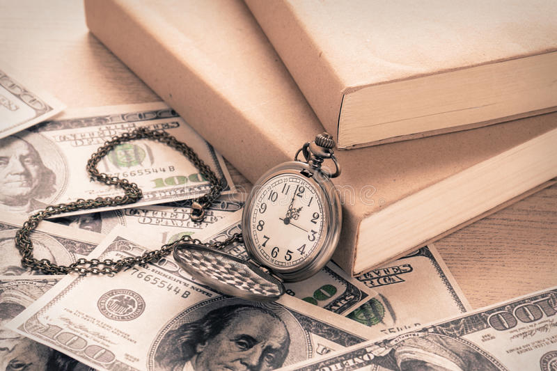 Rova på dollarräkningar och böcker, tappningstil arkivfoton