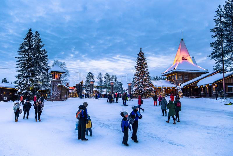 Rovaniemi - 16 de dezembro de 2017: Viajantes no vill de Santa Claus imagem de stock royalty free