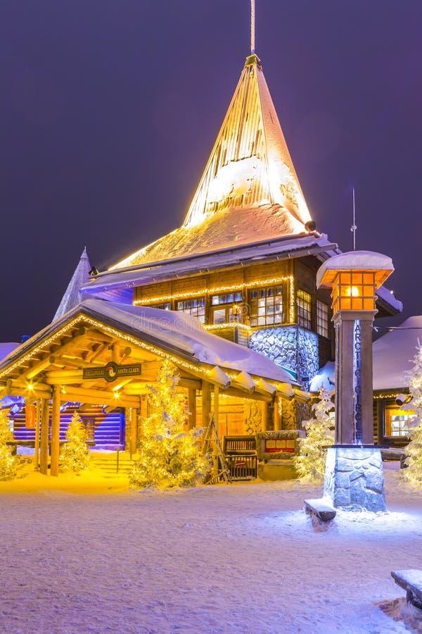 Rovaniemi- Finland, Januari 1, 2018: Berömt autentiskt kontor och bostads- hus av Santa Claus Joulupukki arkivfoton