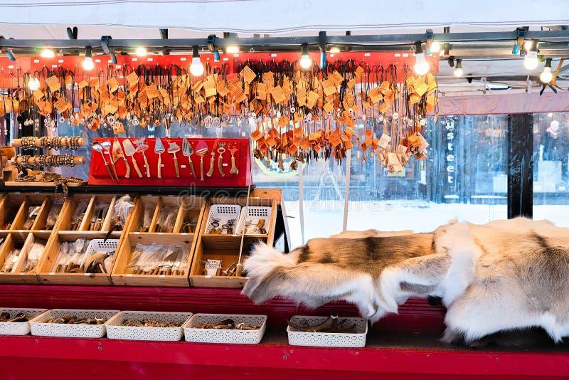Rovaniemi, Finlandia - 2 marzo 2017: Ricordi di sami di inverno quali la pelliccia ed i corni della renna nel mercato finlandese  fotografie stock libere da diritti