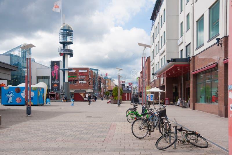 Rovaniemi finlandssvenska Lapland, Finland - Juni 17, 2015: huvudsaklig central gata av Koskikatu I royaltyfria foton