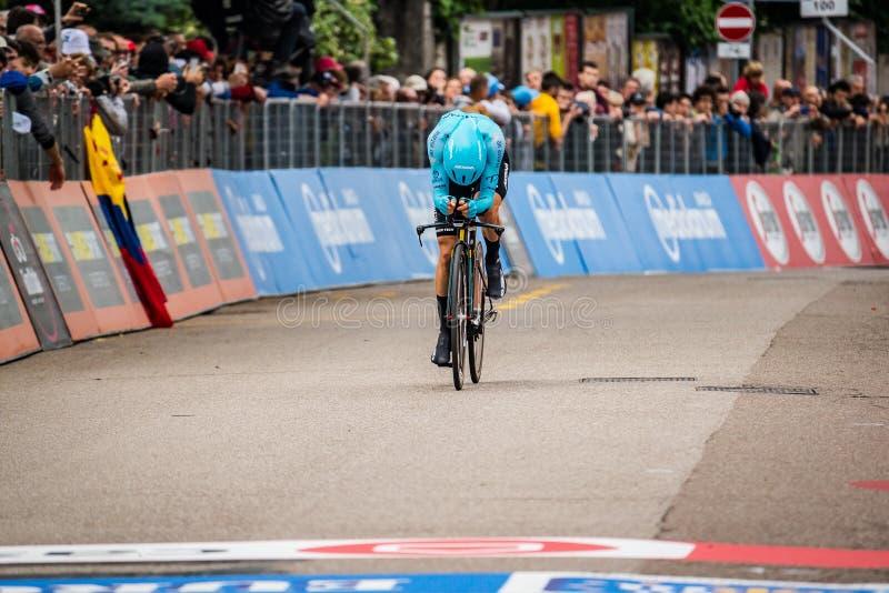 Rovereto, Italia 22 de mayo de 2018: Ciclista profesional en la meta de la etapa de ensayo del tiempo de Trento a Rovereto imagen de archivo libre de regalías