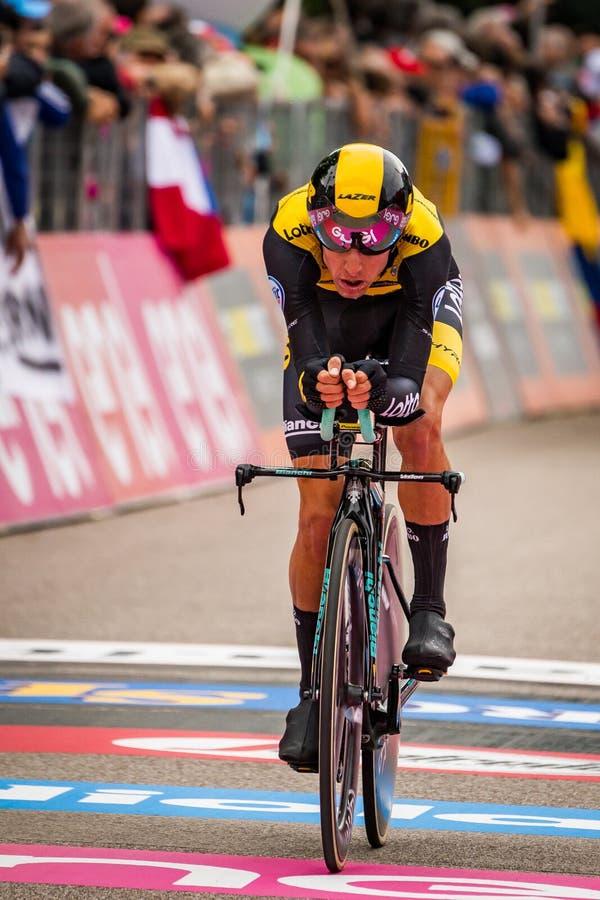 Rovereto, Italia 22 de mayo de 2018: Ciclista profesional en la meta de la etapa de ensayo del tiempo de Trento a Rovereto fotos de archivo libres de regalías