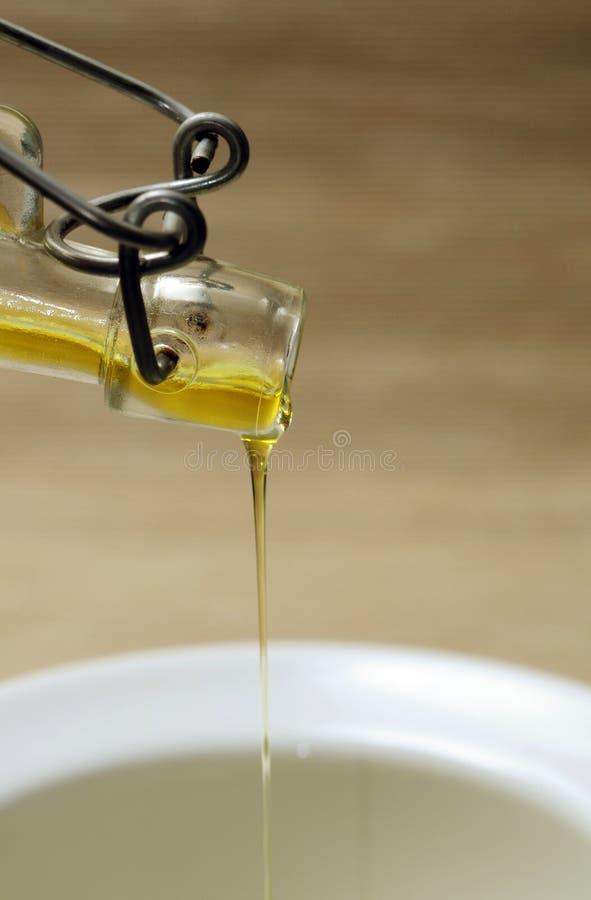 Rovesciamento dell'olio d'oliva fotografia stock