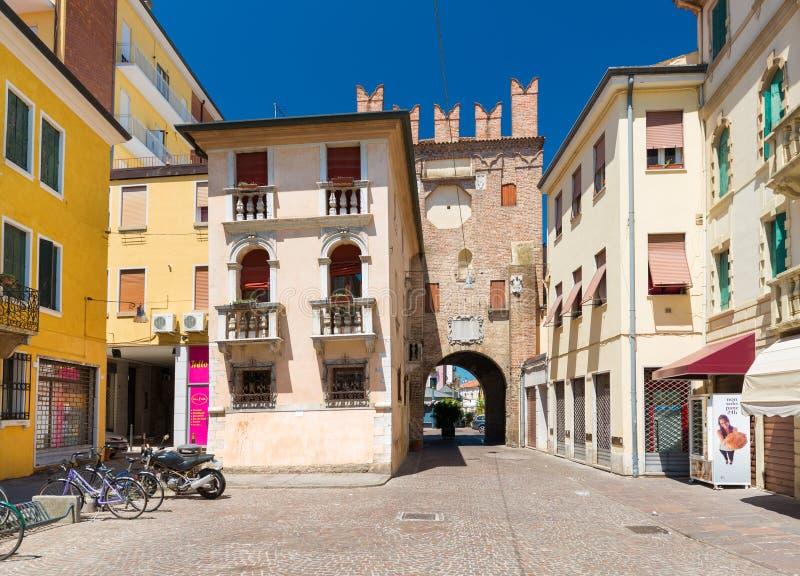 Rovigo, Italië: Woonhuizen en de oude die toren van rode baksteen, historisch centrum wordt gemaakt van Rovigo stock afbeelding