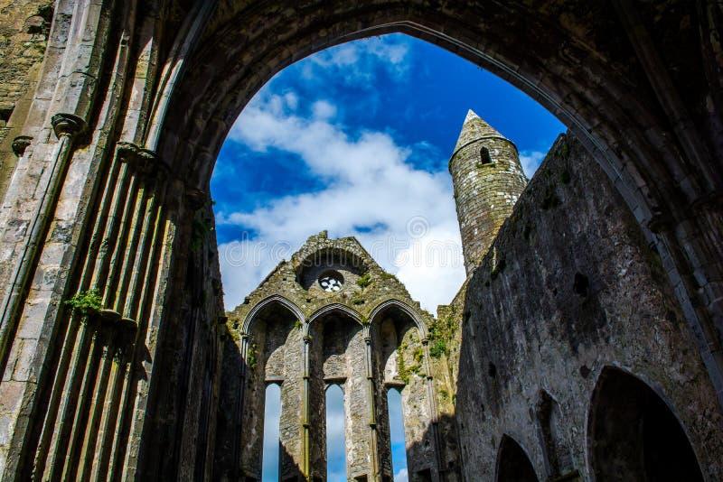 Rovina del monastero a roccia di Cashel in Irlanda immagini stock libere da diritti