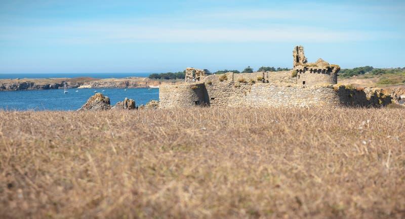 Rovina di vecchio castello medievale a sud dell'isola del yeu, Vendee in Francia immagine stock