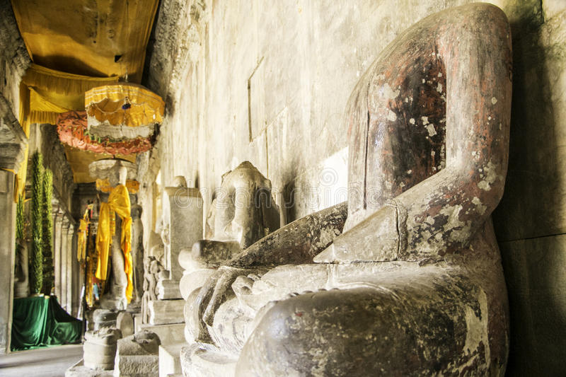Rovina e statua antica di Buddha in Angkor Wat, Cambogia fotografie stock libere da diritti