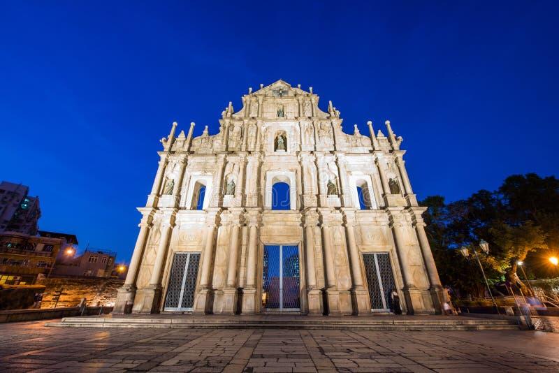 Rovina la facciata della cattedrale del ` s di StPaul a Macao alla notte immagine stock libera da diritti
