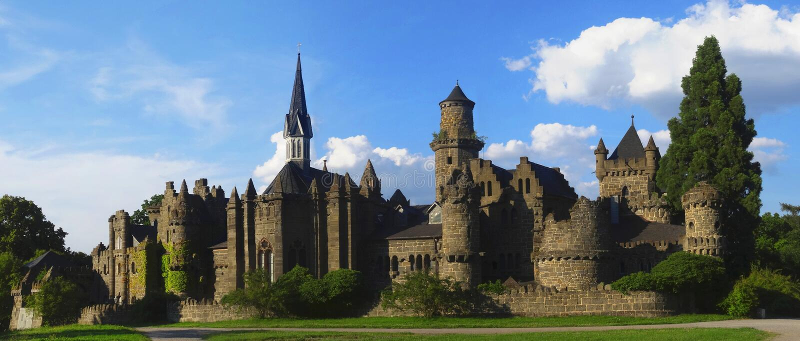 Rovina romantica del castello di un cavaliere medievale immagine stock libera da diritti