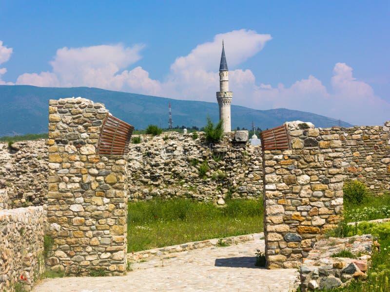 Rovine al cavolo della fortezza di Skopje con il minareto nei precedenti fotografie stock