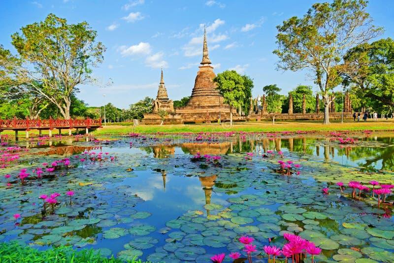 Rovine antiche del tempio buddista di bella vista scenica di paesaggio di Wat Sa Si nel parco storico di Sukhothai, Tailandia fotografia stock libera da diritti