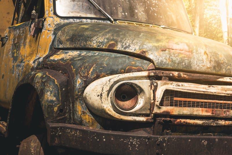 Rovine antiche della vecchia automobile fotografie stock