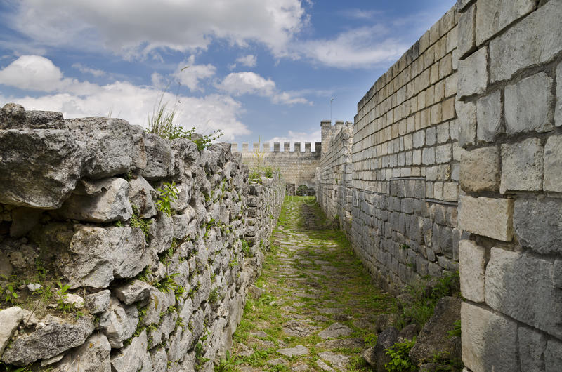 Rovine antiche di una fortezza medievale vicino alla città di Shumen fotografia stock libera da diritti