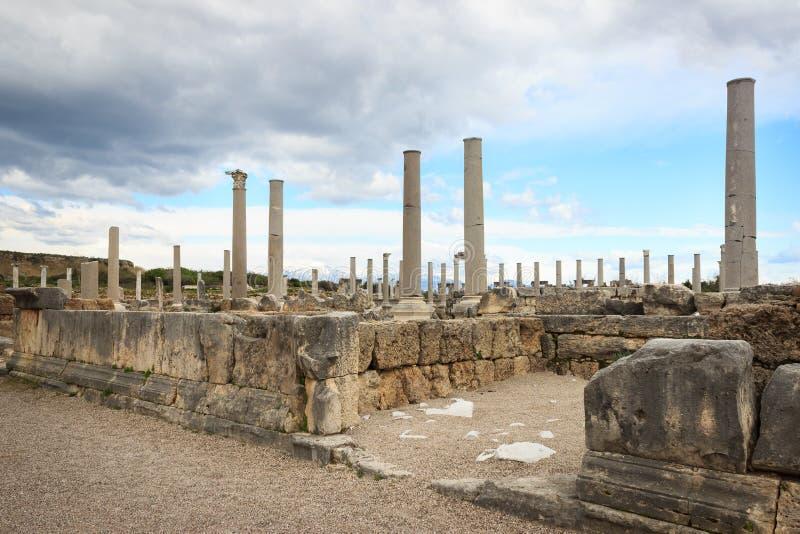 Rovine antiche di vecchie costruzioni e colonne da Roman Empire a Adalia, Turchia immagine stock libera da diritti