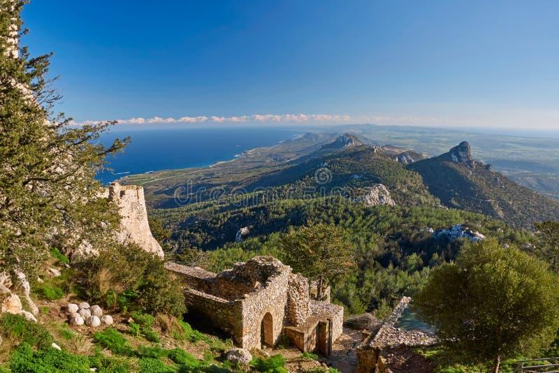 Rovine antiche e paesaggio nel Cipro del nord fotografia stock libera da diritti