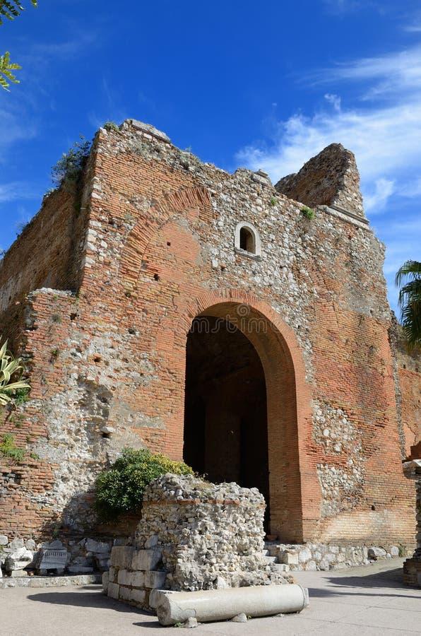 Rovine antiche nella città italiana Taormina fotografie stock