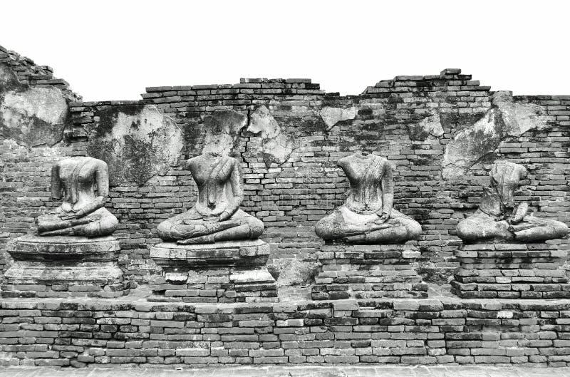 Rovine antiche rotte delle statue di Buddha a Wat Chaiwatthanaram nella città storica di Ayutthaya, Tailandia nel nero d'annata c fotografia stock libera da diritti